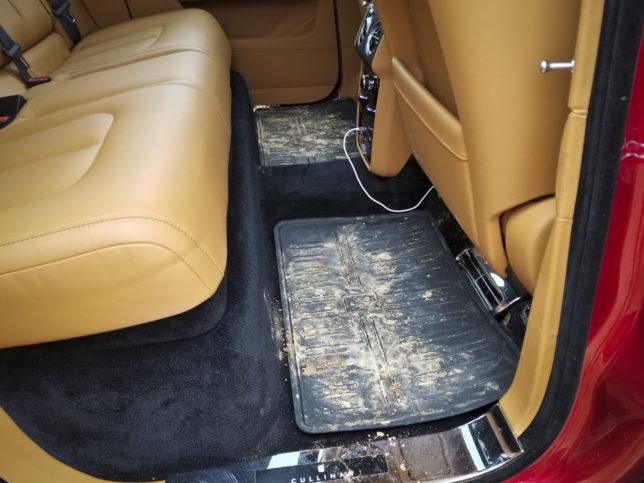 Dirty Rolls Royce Cullinan inteiror